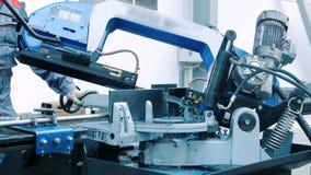 工作者经营的文丐看见了切割机 工业机器操作员 股票视频