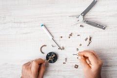 工作者装配与螺丝刀和钳子的一个机制 免版税图库摄影