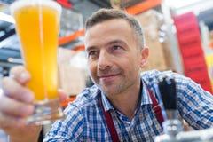 工作者赞赏的玻璃贮藏啤酒 库存图片