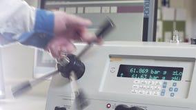 工作者转动在控制板的杠杆与屏幕在车间 股票视频