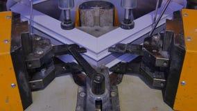 工作者运行的焊接器在工厂 Pvc窗口焊接器 铝窗框架新闻机器 工作者 免版税库存照片