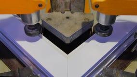 工作者运行的焊接器在工厂 Pvc窗口焊接器 铝窗框架新闻机器 工作者 库存图片