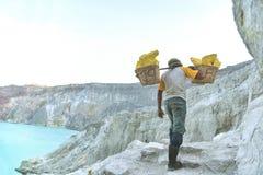 工作者运载在Kawah伊真火山火山里面的硫磺硫磺 库存照片