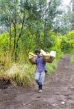 工作者运载从火山口的硫磺 免版税库存照片