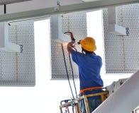 工作者进行焊接操作 免版税图库摄影