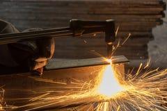 工作者金属切削与乙炔焊切割吹管 免版税库存照片
