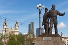 工作者铜雕塑的外部绿色桥梁的在维尔纽斯,立陶宛 免版税库存照片
