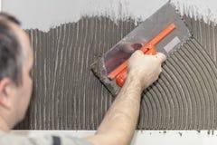 工作者铺磁砖工投入了水泥 库存图片