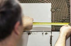 工作者铺磁砖工投入陶瓷砖 库存照片
