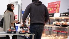 工作者长袜的行动烤了经验丰富的鸡待售 影视素材