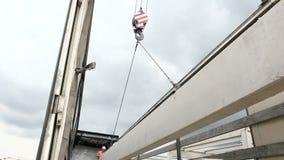 工作者附有起重机勾子在卡车拖车的具体安装托梁 影视素材