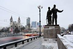 工作者雕塑绿色桥梁的 免版税库存照片