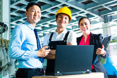 工作者,制片人和责任人在工厂 免版税库存图片