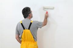 工作者绘画墙壁在屋子里 库存照片