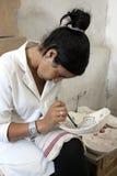 工作者绘画设计在黏土碗上在菲斯,摩洛哥 免版税库存照片