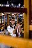 工作者年轻人的清洁餐馆 免版税图库摄影
