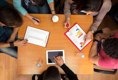 工作表顶视图与学生的配合的 库存照片