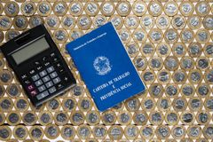 工作许可和黑计算器在几巴西一个真正的c 免版税库存照片