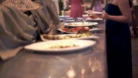 工作铁锅的厨师的特写镜头 影视素材