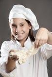 工作面团的主厨 免版税库存照片
