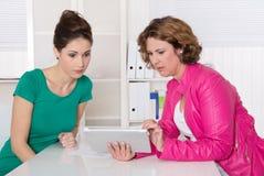 工作面试或业务会议在两妇女以下 免版税库存照片