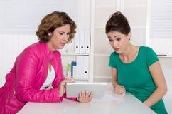 工作面试或业务会议在两妇女以下 库存照片
