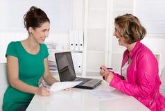 工作面试或业务会议在两妇女以下 免版税库存图片