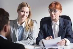 工作面试的两名女实业家 免版税库存图片