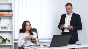 工作饮用的咖啡和谈话的同事 影视素材