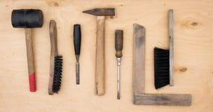 工作仪器 清洗的钢丝刷和手肘、角度和螺丝刀、锤子、凿子和短槌 免版税库存图片