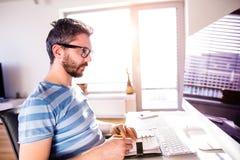工作从在计算机上的家,文字的建筑师,采取笔记 免版税库存照片