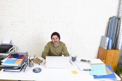 工作从家庭办公室的年轻可爱的行家商人作为自由职业者自己经营的业务模式 免版税库存照片