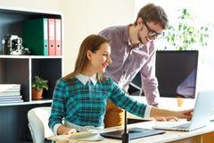工作从家庭的现代企业概念的少妇和人 免版税图库摄影