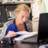 工作从家的女性自由职业者 免版税库存图片