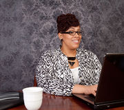 工作从家的黑人妇女 库存照片