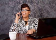 工作从家的黑人妇女 免版税库存照片