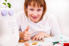 工作从家,裁缝在工作。 免版税图库摄影