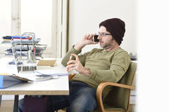 工作从有手机的家庭办公室的年轻可爱的行家商人 库存图片