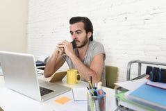 工作年轻现代行家样式的学生或的商人举行手机认为 免版税库存照片