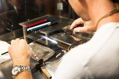 工作玻璃的工匠 免版税图库摄影