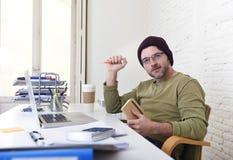 工作从他的家庭办公室的年轻可爱的行家商人作为自由职业者自己经营的业务模式 库存照片