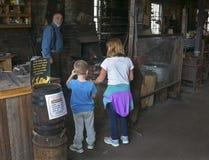 工作黑金属的铁匠在方铅矿的一家历史100岁(铁匠铺)铁匠商店 免版税库存照片