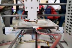 工作3D打印机和创造一个三维对象的过程 免版税库存图片