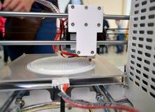 工作3D打印机和创造一个三维对象的过程 库存图片