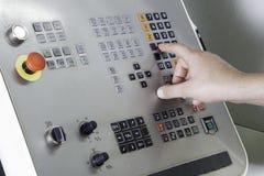 工作CNC机器的操作员 免版税库存图片