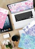 工作ptable计算机膝上型计算机开花杯子纸 免版税图库摄影