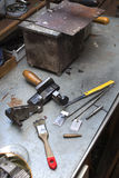 工具、组分和完成的模子谎言在一条长凳在手工造 库存照片