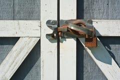 工具与生锈的锁的棚子门 免版税图库摄影