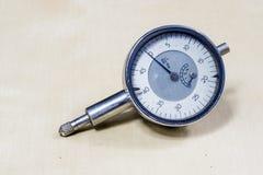 工具和测量的辅助部件在一张木车间桌上 梅基 免版税库存图片