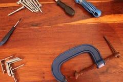 工具和设备平的位置在木背景 免版税库存照片
